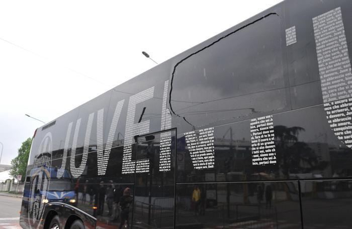 Il pullman della Juventus, assaltato dai tifosi del Torino prima del derby Torino-Juventus