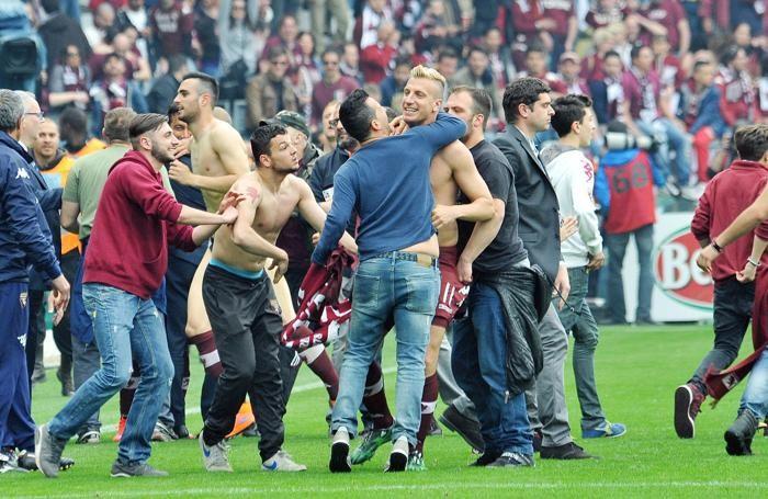 Esultanza dei giocatori del Torino e dei tifosi granata alla conclusione del derby