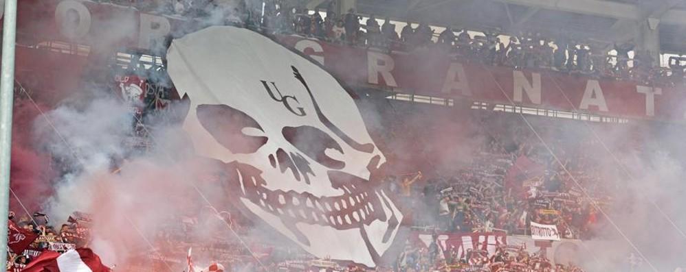 Calcio follie: bombe carta e feriti a Torino Tavecchio su Denis: il campo non è un ring