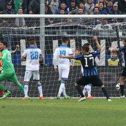 Il gol di Denis, esultano i giocatori atalantini
