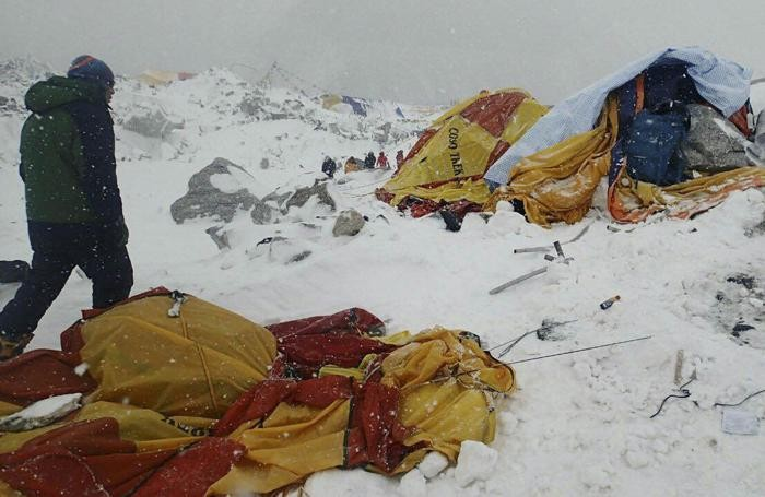 Il campo base dell'Everest: almeno 18 alpinisti morti