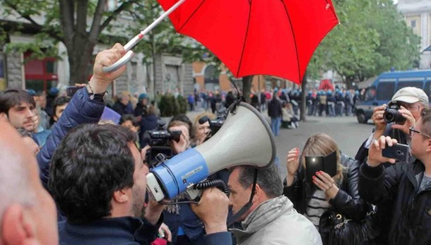 Lancio di uova contro Salvini a Macerata