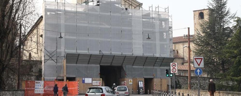 Porta Sant'Agostino, via le impalcature Traffico chiuso il 29 dalle 6 alle 7