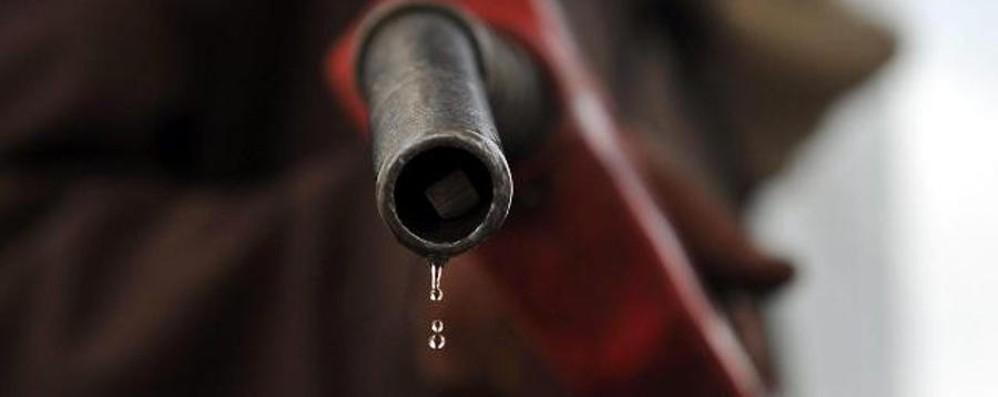 Carburanti, arriva la bella stagione  e i prezzi continuano a salire