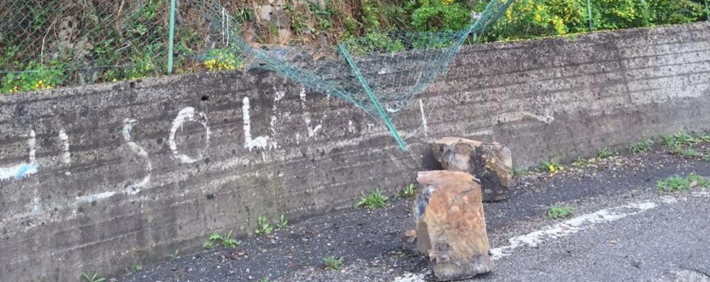Massi sulla strada a Bianzano Le pietre sfondano la rete di protezione