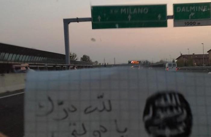 Un'altra immagine che ritrae un messaggio minaccioso su un'auto che sta viaggiando sull'autostrada A4 nella Bergamasca