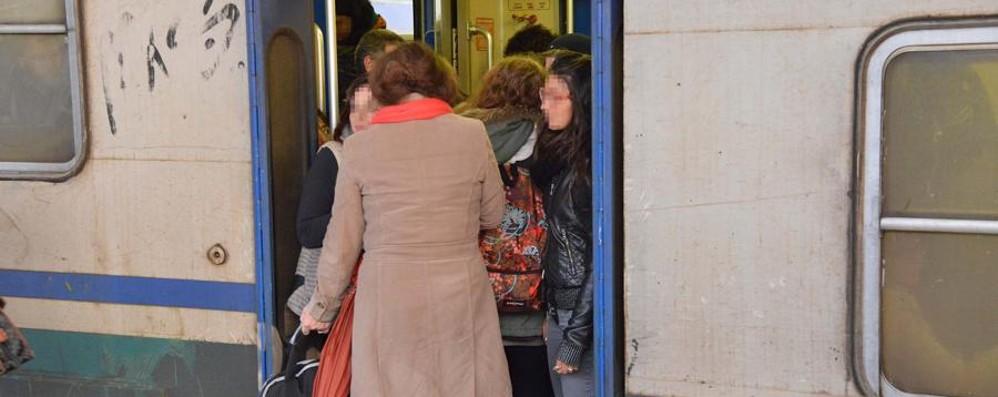 Verdello, pendolari «ostaggi» del treno Porte bloccate: «Siamo scesi a Pioltello»