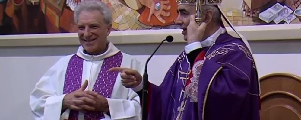 Il vescovo che canta Noemi e Mengoni Al suo fianco un sacerdote bergamasco