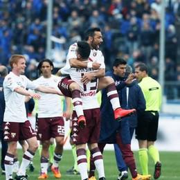 L' esultanza dei giocatori del Torino a fine partita con Quagliarella