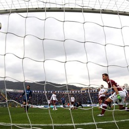 L'attaccante dell'Atalanta Mauricio Pinilla segna in semirovesciata il gol della speranza al 29' st