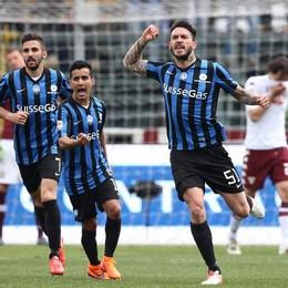 L'attaccante dell'Atalanta Pinilla esulta dopo il gol dell'1-2