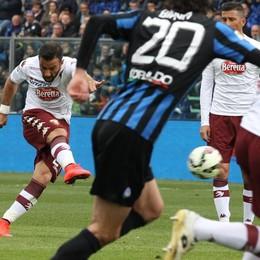 L'attaccante del Torino Quagliarella scocca la punizione che regala il primo gol al Torino