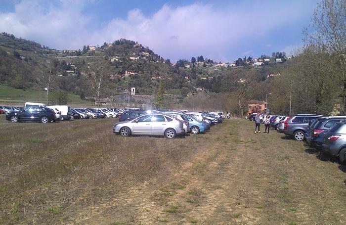 Parcheggio selvaggio ad Astino (foto inviata da Mario Grassi)