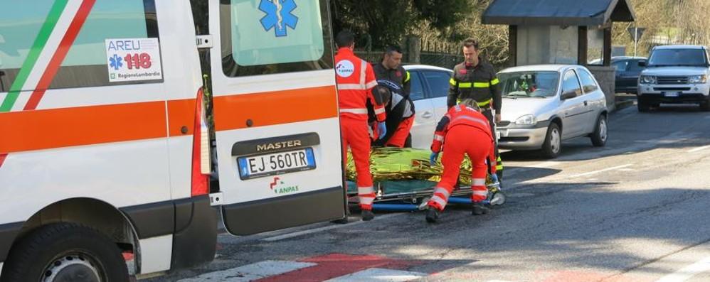 Si ferma per far attraversare i pedoni Cade dalla moto: tedesco ferito