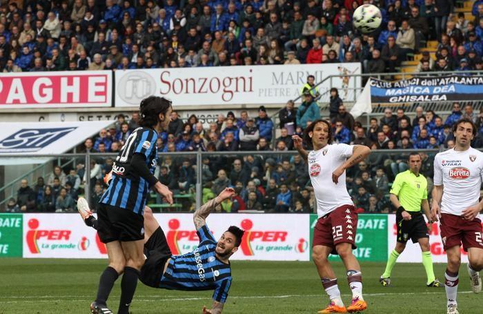 L'attaccante dell'Atalanta Pinilla segna in semirovesciata il gol del momentaneo 1- 2 contro il Torino