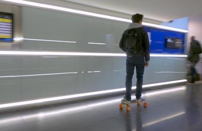 Lorenzo Cella con il suo skateboard