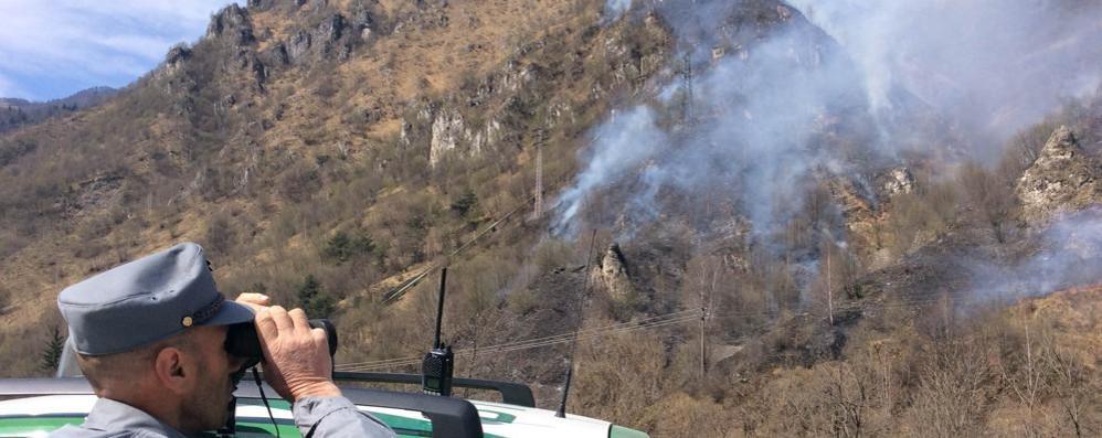 Nuovo incendio al Ponte del Costone Brucia la zona vicino alla ciclabile