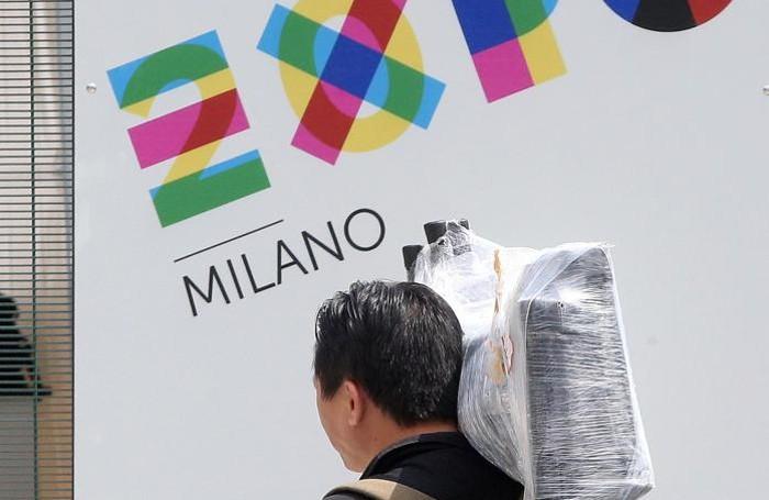 Una persona raggiunge a piedi l'Expo ANSA