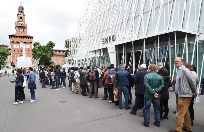 Persone in fila alla biglietteria allestia all'Expo Gare in piazza Cairoli a Milano