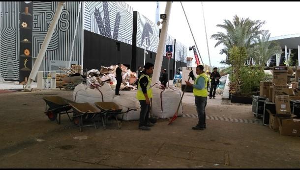 Expo: cancelli aperti, operai a lavoro