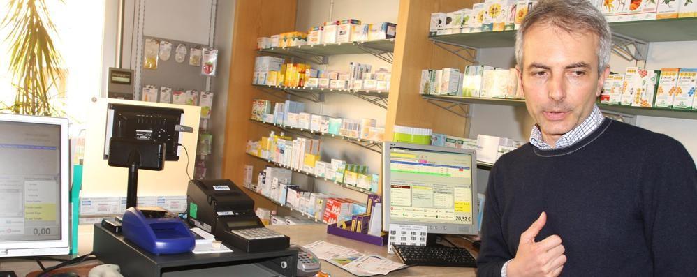 Ruba il registratore di cassa in farmacia Un gentiluomo: uscendo ha ringraziato