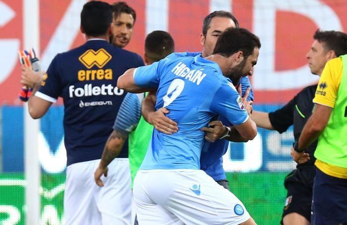 Higuain trattenuto da un compagno nel convulso dopopartita di Parma-Napoli
