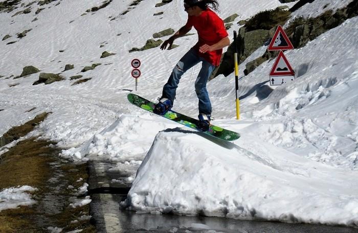 Uno snowboarder domenica al passo San Marco
