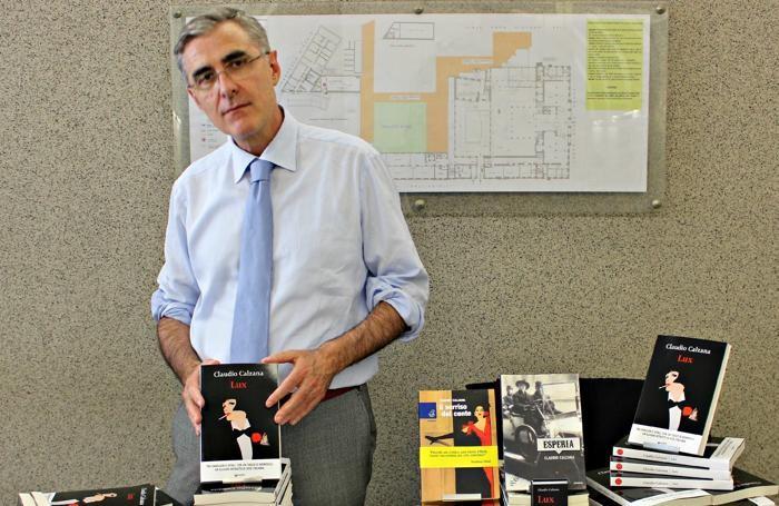 Claudio Calzana con il suo libro «Lux»
