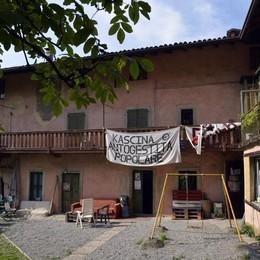 Cascina Ponchia, centrodestra all'attacco «Il Comune legittima un'occupazione»