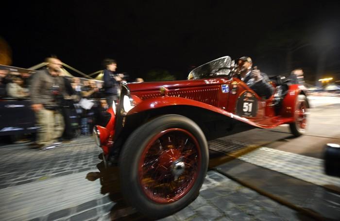 Una delle macchine della Mille Miglia, davanti a Castel Sant'Angelo a Roma in una foto d'archivio