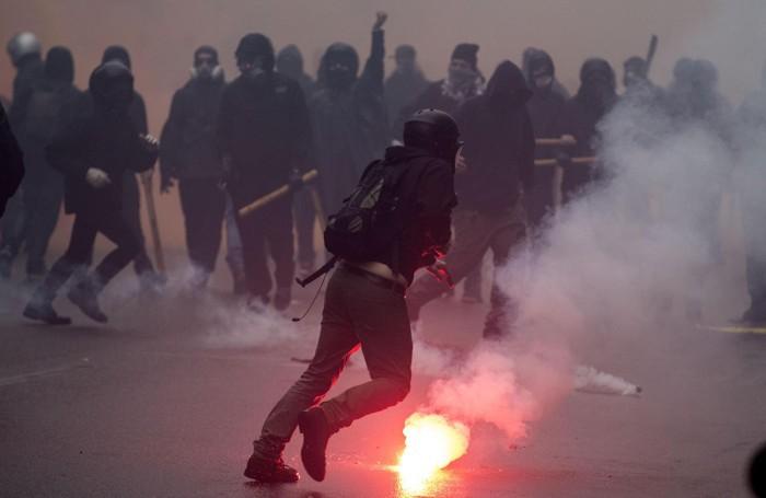 I black-bloc in azione a Milano