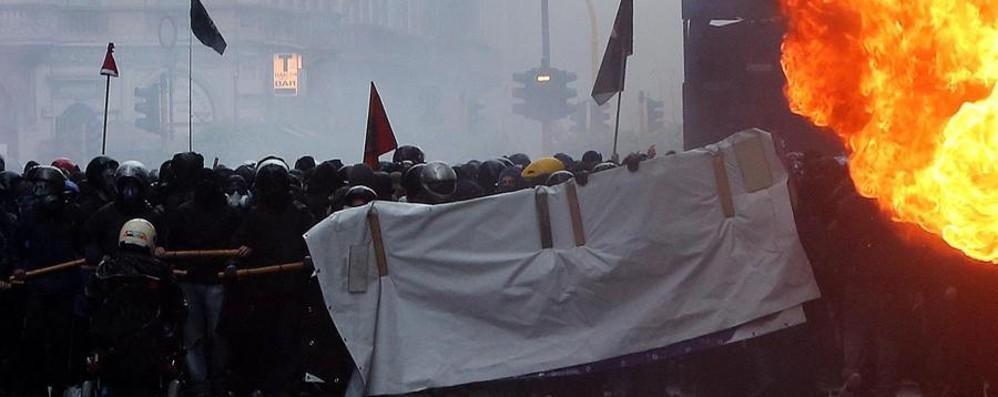 Black-bloc, «devastazione e incendio» Renzi: teppistelli figli di papà. 14 denunce
