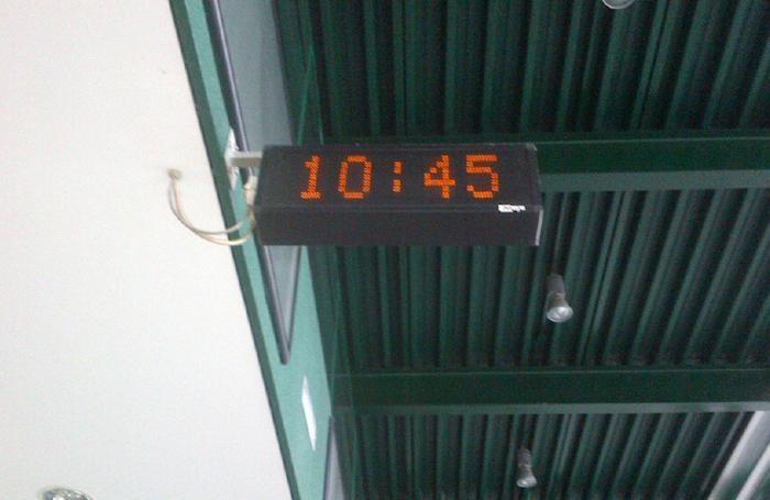 La guida ha fotografato anche l'orario in cui il gruppo si trovava in stazione