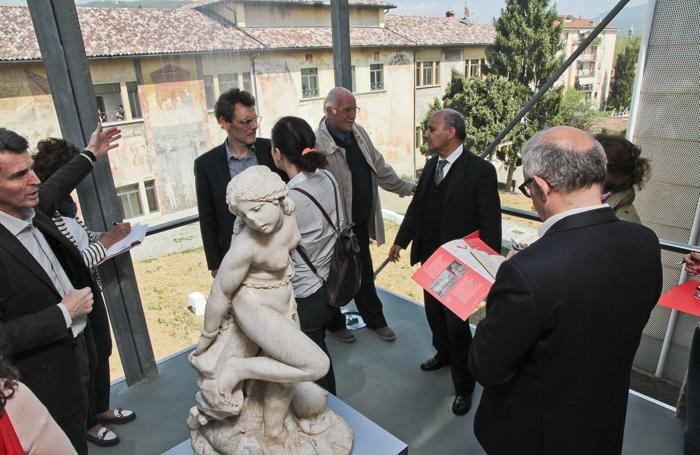 A sinistra Valagussa mostra la Scuola di Belle Arti