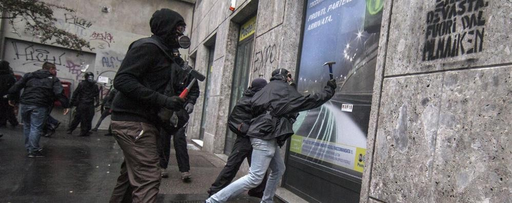 Tute nere No-Expo, cinque arresti Si indaga per devastazione - Video