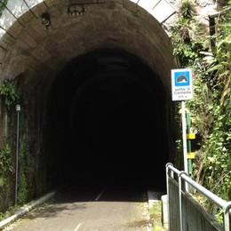 Tunnel senza luci sulla ciclabile Donna finisce contro il muro: ferita