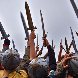 Lonato, la spada nella Rocca Avventura per piccoli e grandi