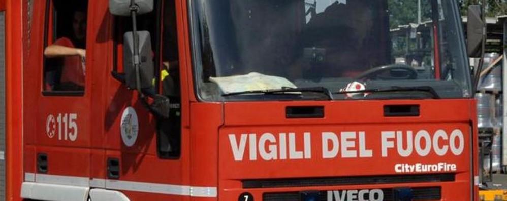 Brucia un divano in Città Alta Pompieri in azione a Colle Aperto
