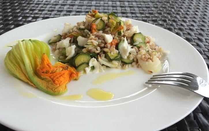 Orzo e farro con fiori di zucchina