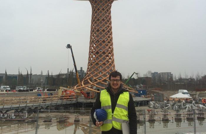 Nicola Pievani davanti all'Albero della Vita di Expo