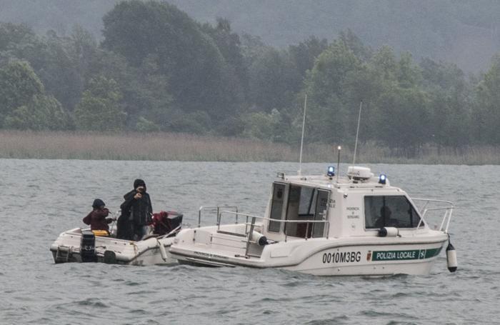 La barchetta degli «antagonisti» con la motovedetta della polizia locale