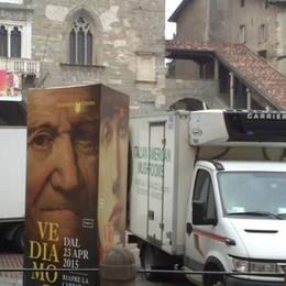 Piazza Vecchia appena rifatta  Ma ora è invasa dai furgoni