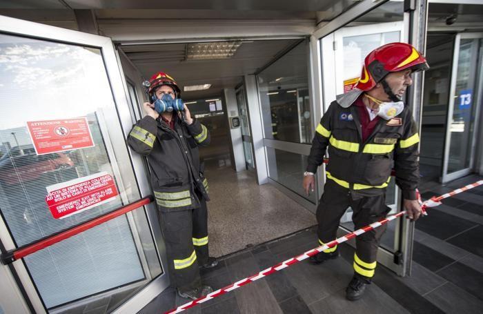 Vigili del fuoco al lavoro dopo l'incendio