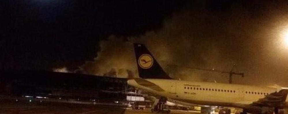 Incendio a Fiumicino, è caos E il volo da Orio resta a terra