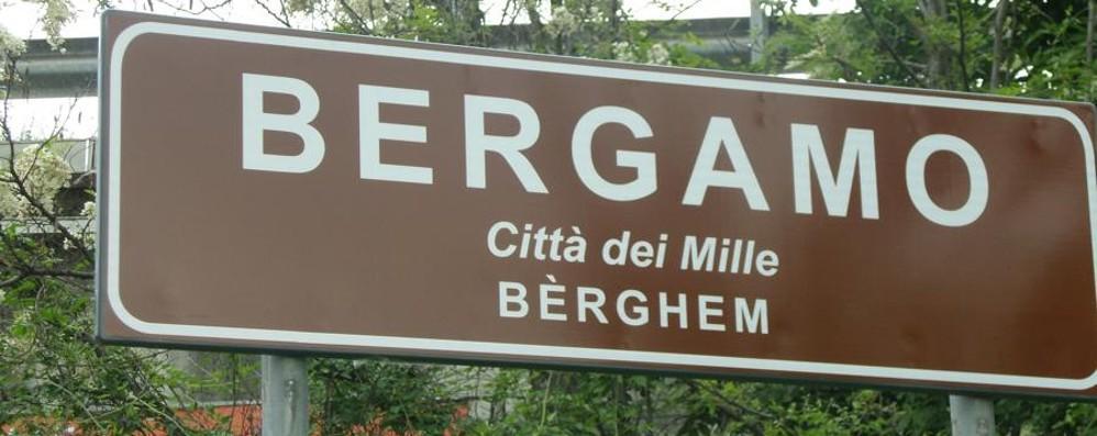 Ecco la nuova versione dei cartelli: Bèrghem rimane, ma in piccolo