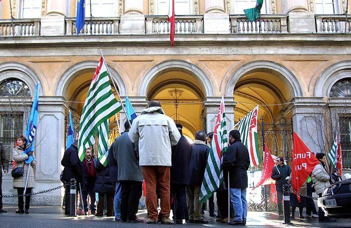 Un presidio davanti alla Provincia di Bergamo