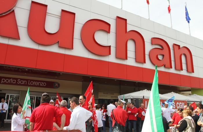La protesta dei lavoratori all'Auchan