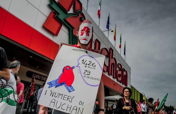 La protesta dei lavoratori dell'Auchan