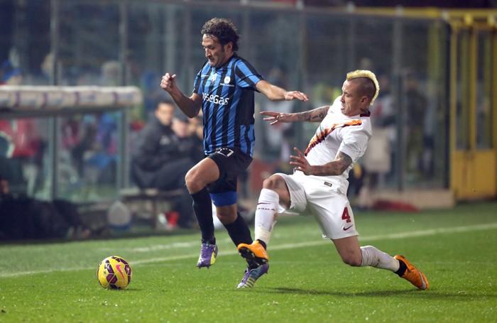 Cristian Raimondi contro Nainggolan. Sopra Gianpaolo Bellini in azione