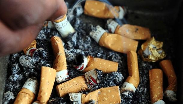 Bimbo tolto a genitori accaniti fumatori